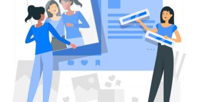 Dos chicas subiendo imágenes en las redes sociales.