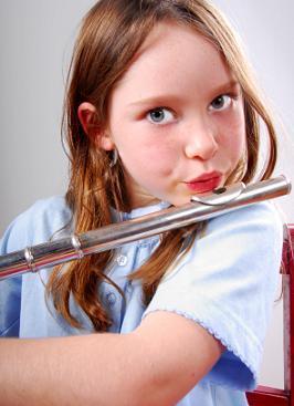 Niña de edad elemental tocando la flauta