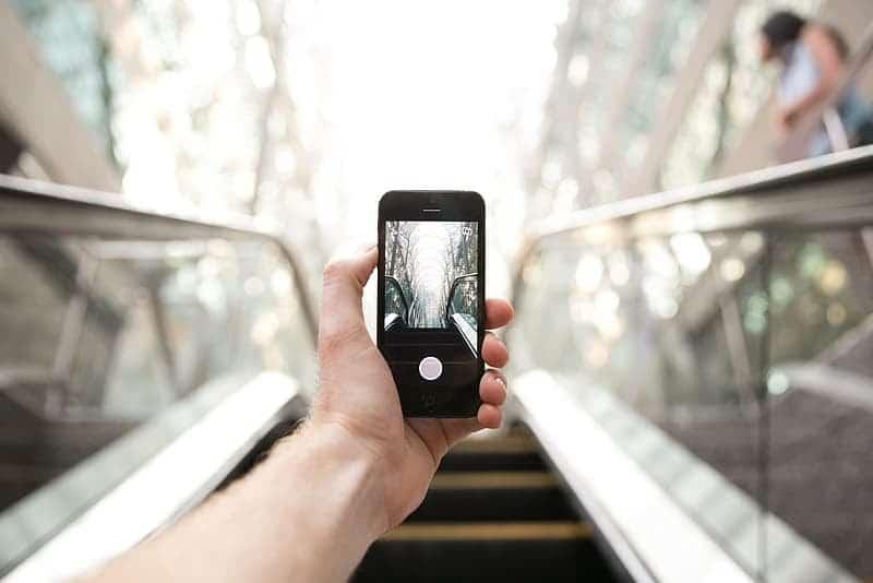 Puede sostener su teléfono en la mano en una escalera mecánica y jugar al blackjack gratis.