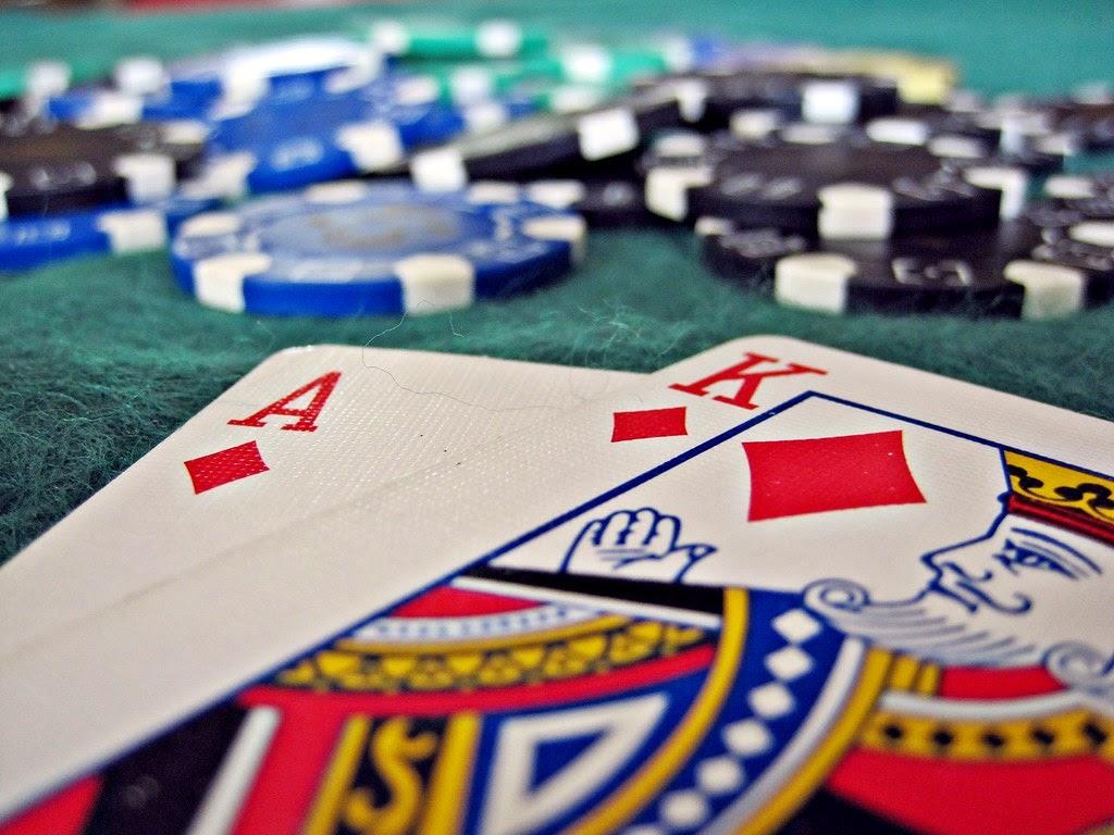 El as y el rey suman 21 en el blackjack gratis.
